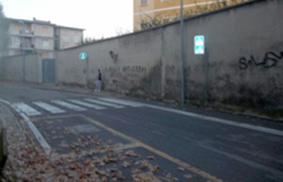 foto 1 — quadrati a terra e segnale verticale di attraversamento ciclabile